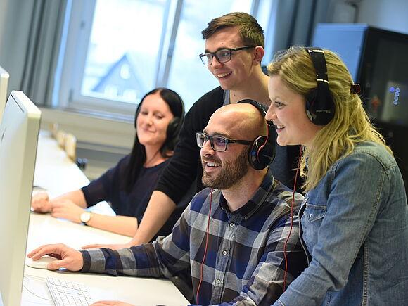 Studierende im Medienlabor