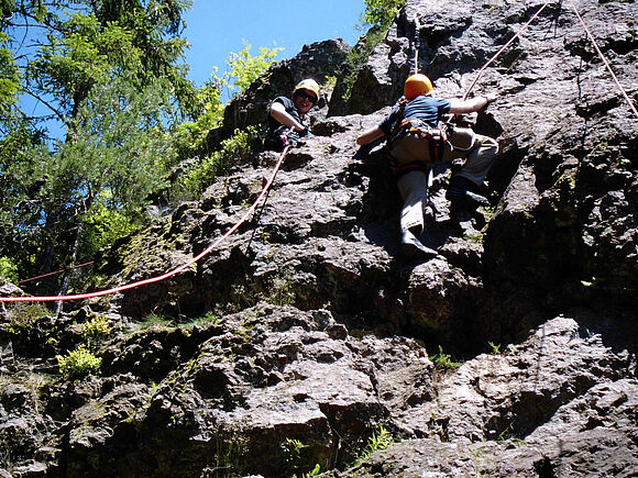 Sicherung in großer Höhe: SSB-Studierende üben an Kletterfelsen (I8336)