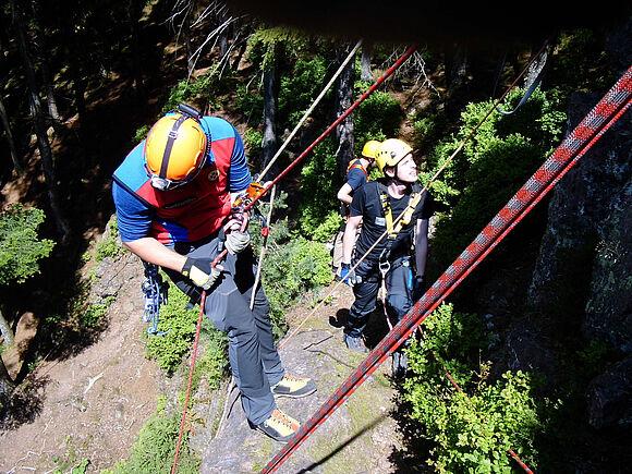 Sicherung in großer Höhe: SSB-Studierende üben an Kletterfelsen (I8334)