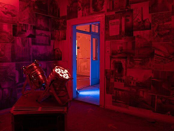 Rote Lichter bei der Villa show