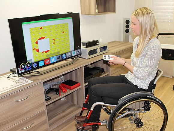 Junge Frau im Rollstuhl bedient einen SMART-TV
