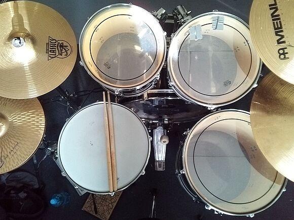 Interaktive Anwendungen zur algorithmischen Generierung von Schlagzeugmusik & Perspektiven für assistiertes Musizieren