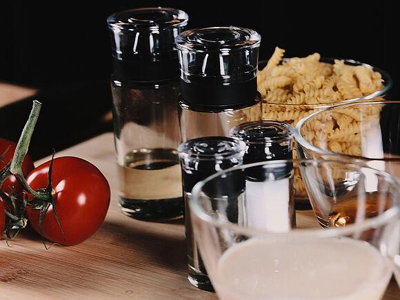 Salz, Pfeffer, Tomaten auf einem Brett