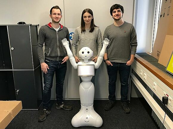 Gruppenbild mit Roboter