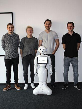 """Gruppenbild mit Roboter """"Pepper"""""""