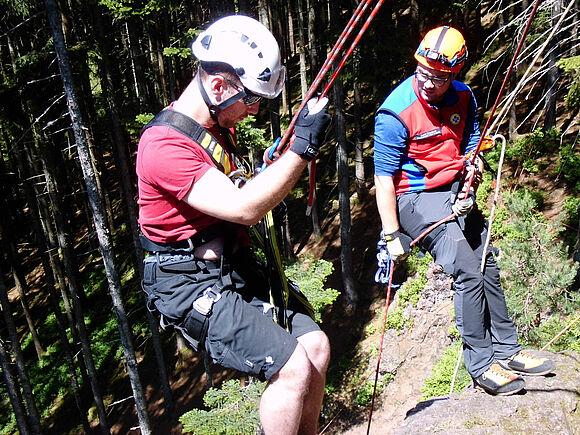 Sicherung in großer Höhe: SSB-Studierende üben an Kletterfelsen (I8331)