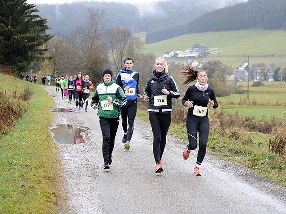 Über 200 Läuferinnen und Läufer trotzen dem nasskalten Wetter (I9620)