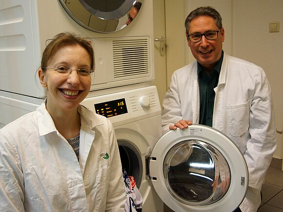 Listening in on laundry germs as they grow (I22103)