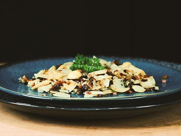 Hübsch angerichteter Teller mit gebratenen Pilzen