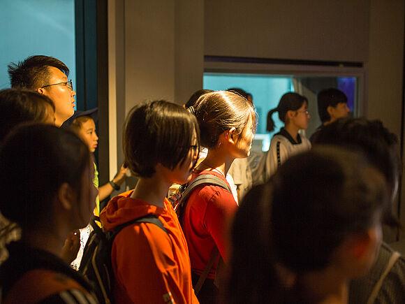 Schüler aus China zu Besuch (I9469)