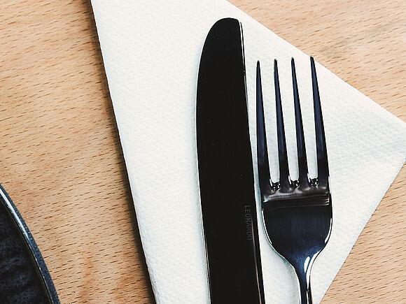 Messer und Gabel auf einer Serviette