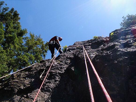 Sicherung in großer Höhe: SSB-Studierende üben an Kletterfelsen (I8335)